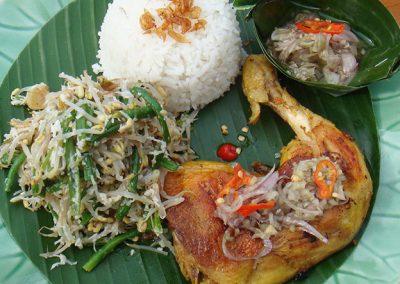 烤鸡或炸鸡配白米饭